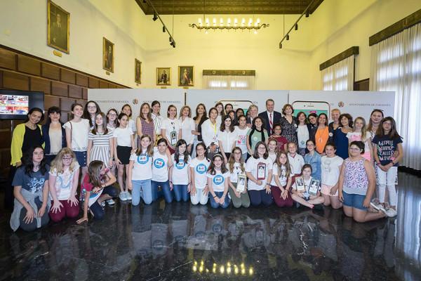 El alcalde de Zaragoza, Pedro Santisteve, y la concejala de Educación e Inclusión, Arantza Gracia, recibieron el pasado 5 de junio a las chicas participantes en el Technovation Challenge de Aragón.