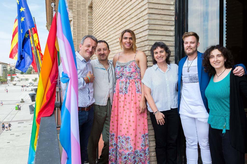 Zaragoza elige diversidad: el Ayuntamiento ondea las banderas arcoiris y trans en el Día del Orgullo