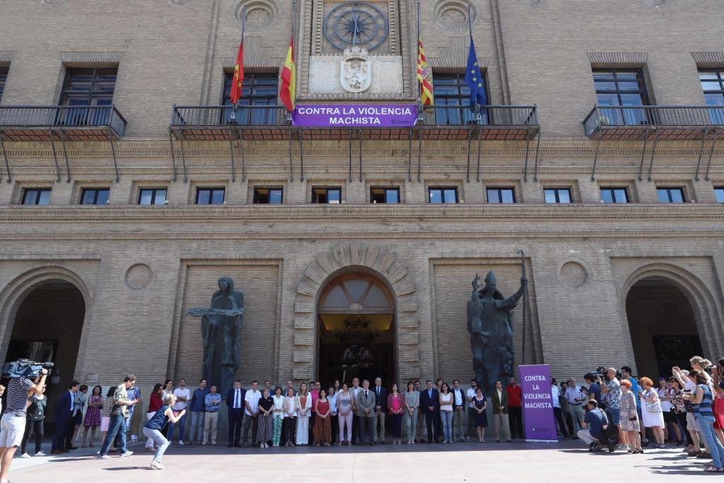 """Zaragoza declara luto oficial por el asesinato machista y Santisteve llama a """"una gran respuesta"""" contra estos crímenes"""