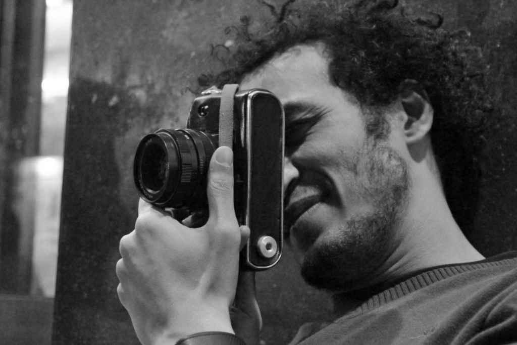 """""""El periodismo no es delito"""": una exposición callejera en Zaragoza que reclama la libertad de Mahmoud Abu Zeid"""