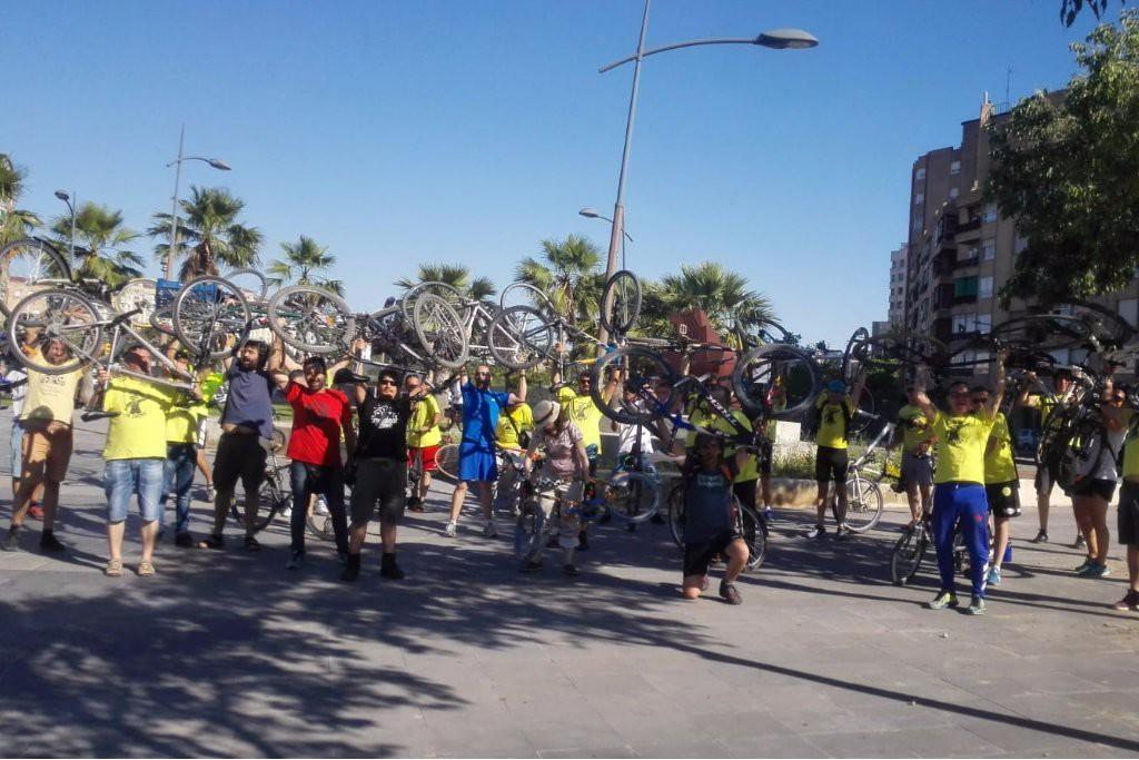 Las y los jardineros de Zaragoza se manifiestan en bici contra los recortes de FCC