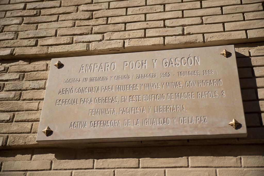 Una placa en la fachada de su consulta recuerda a la doctora, escritora, feminista y libertaria Amparo Poch i Gascón