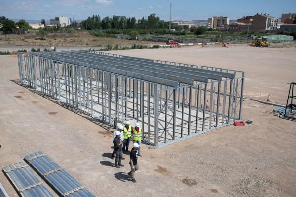 Las obras del nuevo Campo Municipal de Fútbol de Casetas avanzan con la instalación de una innovadora estructura para el edificio de vestuarios