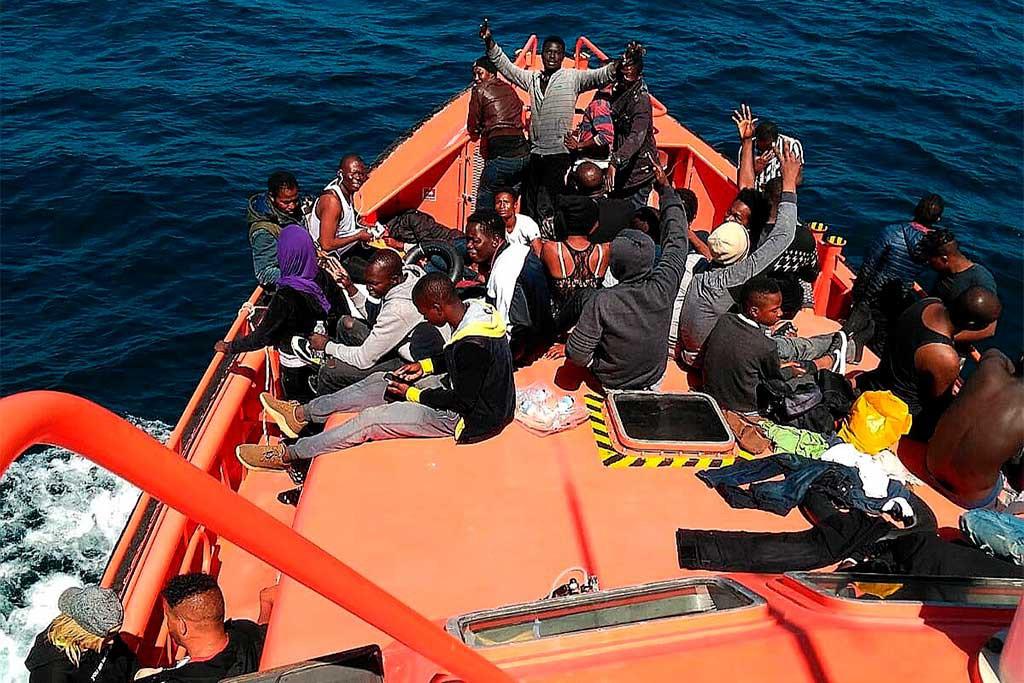 Los barcos de Salvamento Marítimo no pueden descargar personas rescatadas ante el colapso de los puertos
