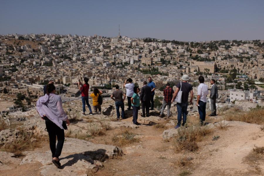 Visita a una colina de Hebrón junto al alcalde, Tayseer Abu Sneineh. Foto: (AZ)