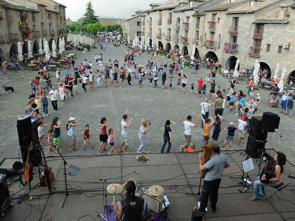 Charangas y bailes conquistan al público familiar del Festival Castillo de l'Aínsa que se despide este domingo