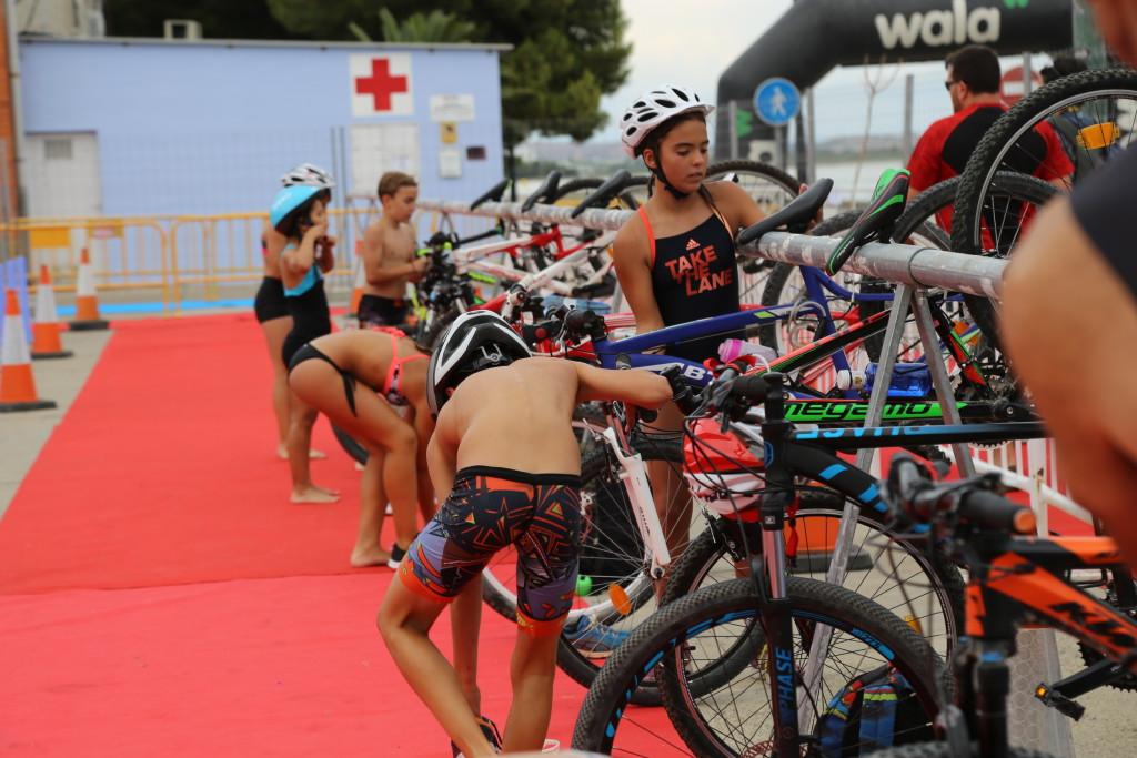 Cerca de una veintena de pequeños y pequeñas deportistas han participado en Mequinensa en la I Jornada de Iniciación al Triatlón