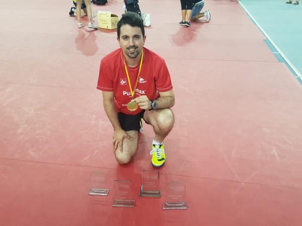 Jorge Cardona (Publimax), con sus cuatro trofeos.