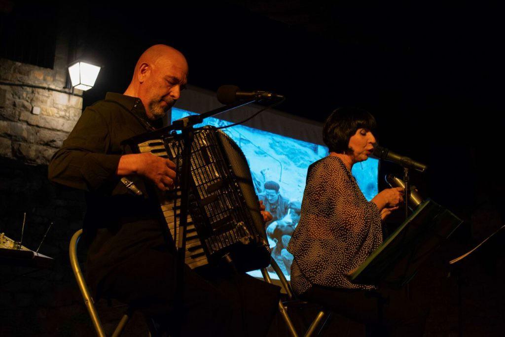 El Festival Castillo de l'Aínsa continúa su programación de tarde con una instalación, títeres y las canciones de  la guerra que llegaron desde Francia