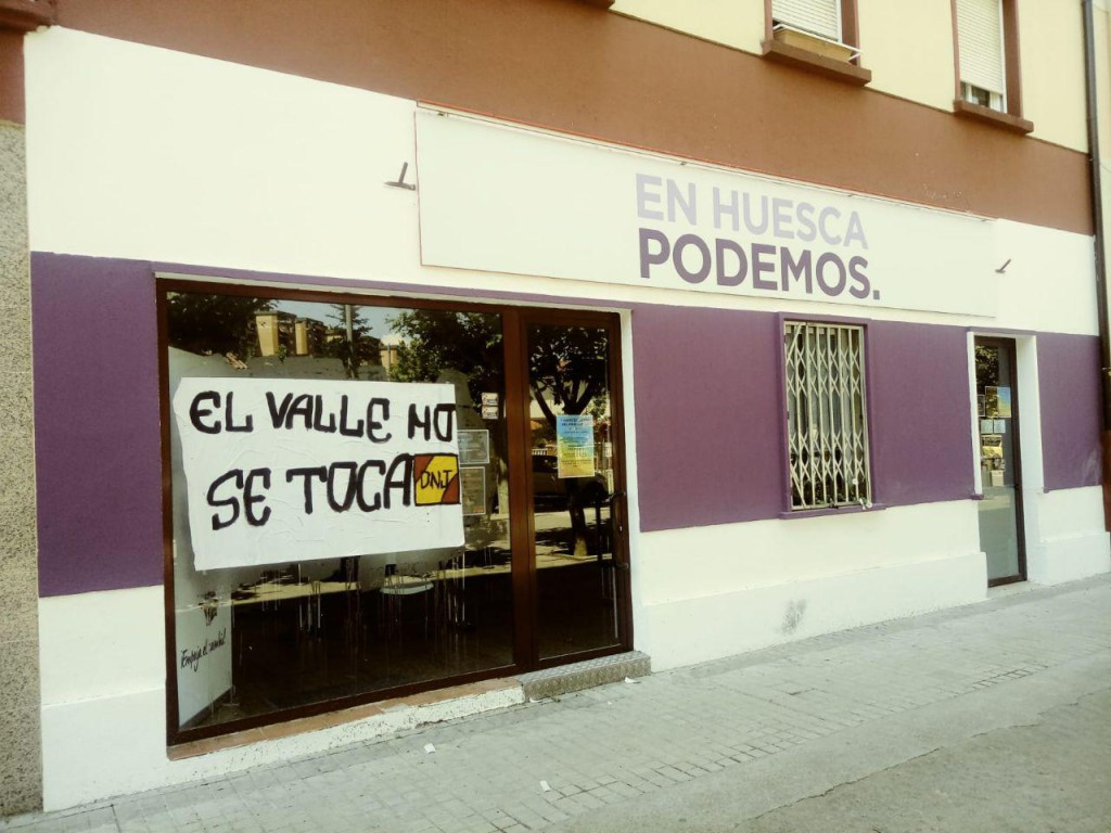"""Podemos denuncia una pintada en su sede de Uesca que """"ataca a la libertad de expresión y a la democracia"""""""