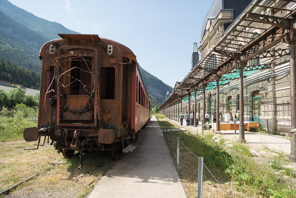 El cierre de taquillas en numerosas estaciones de la red aragonesa de ferrocarril «condenan al abandono» al medio rural