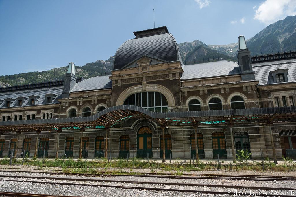 CREFCO exige a Renfe que los trenes que suben a Canfranc paren en todas las localidades del trayecto