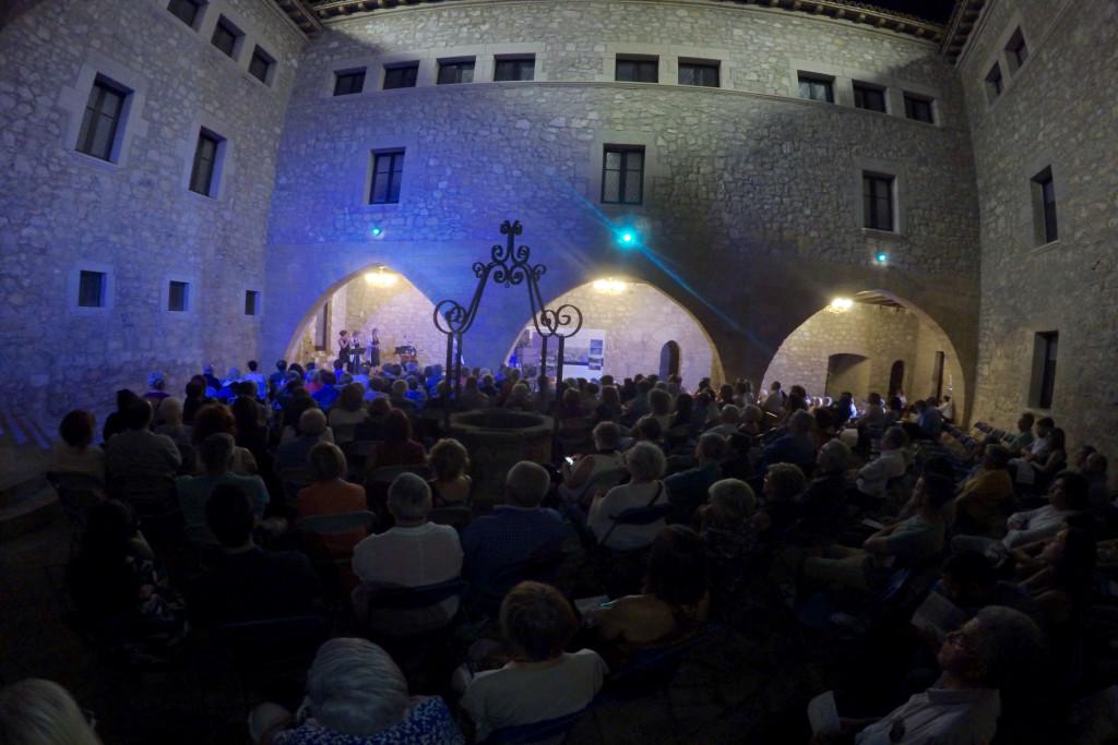 250 personas disfrutan de una combinación de jazz y poesía en el Castillo de Mequinensa