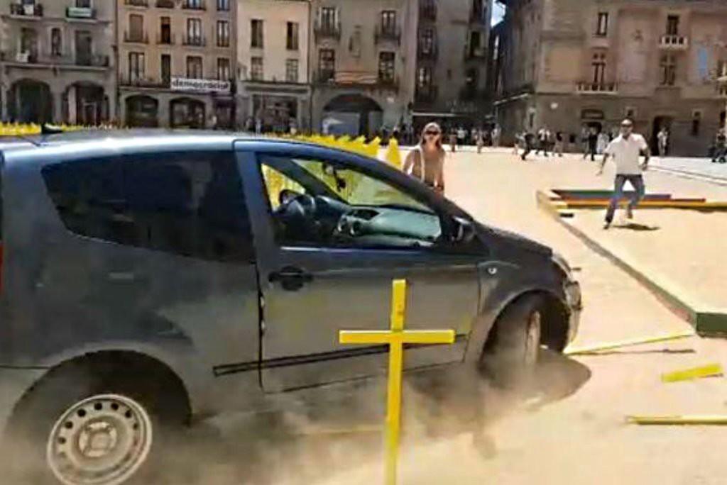 Un conductor embiste las cruces amarillas del centro de Vic poniendo en peligro a las y los viandantes