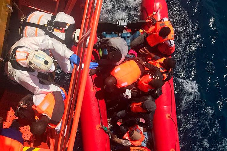 Unas 600 personas han llegado a las costas andaluzas este fin de semana, tres mujeres han sido hospitalizadas