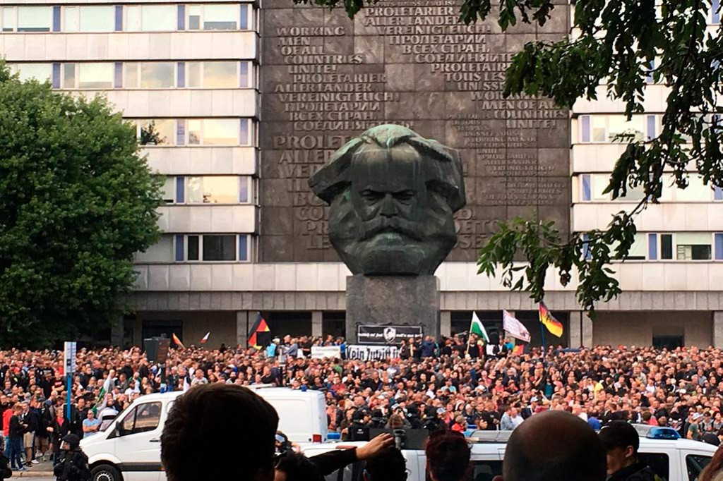"Miles de neonazis y antifascistas se enfrentan en Chemnitz tras la ""caza de extranjeros"" de este domingo"