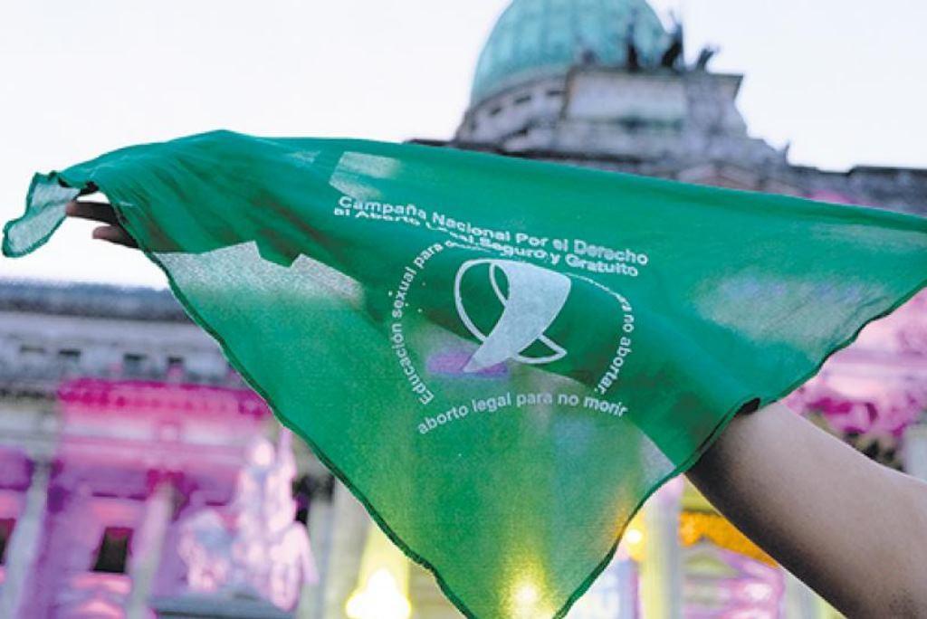 El Senado argentino vota la ley del aborto con millones de pañuelos verdes en las calles