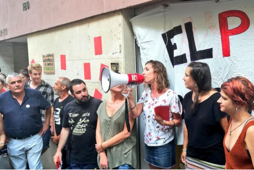 """Els CDR es concentren davant la seu de la CUP per exigir que es tregui """"targeta vermella"""" al govern"""