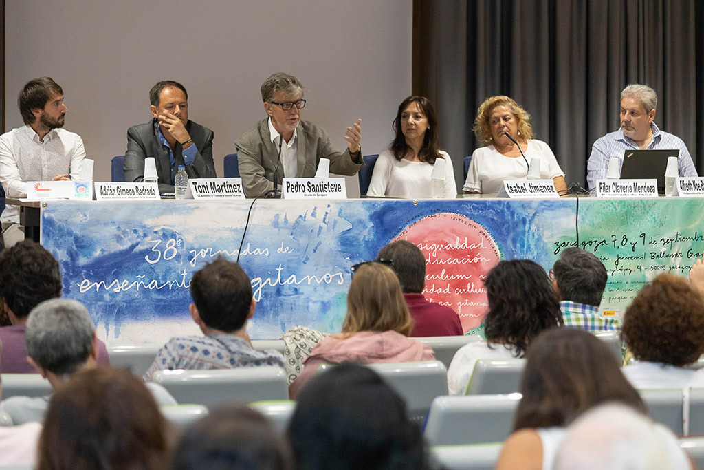 El alcalde de Zaragoza inaugura la 38 edición de las jornadas Enseñantes con Gitanos