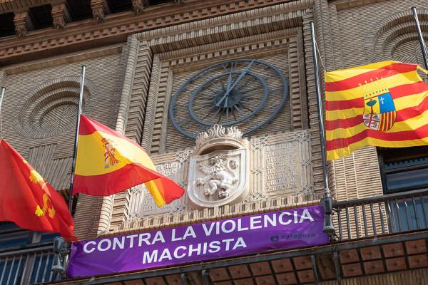 Banderas a media asta y pancarta contra las violencias machistas en el balcón del Ayuntamiento de Zaragoza. Foto: AZ