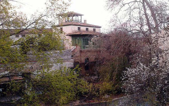 'Abrazo vecinal' de las AAVV Las Fuentes y Montemolín en defensa de la Torre Ramona