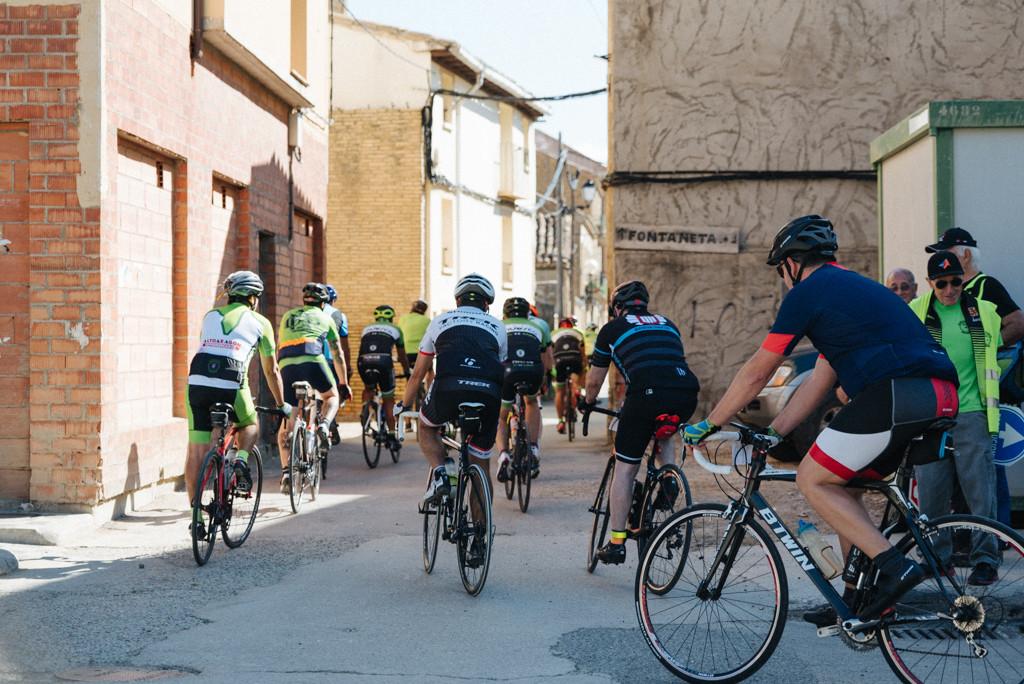 Cerca de 200 personas pedalean por el respeto mutuo en una ruta por vías de la Plana de Uesca