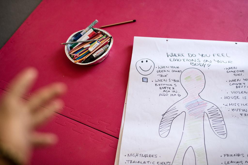 Un grupo terapéutico para niños y niñas provenientes de zonas de guerra que usa el juego, el arte y la narración de historias. Foto: Robin Hammond/Witness Change