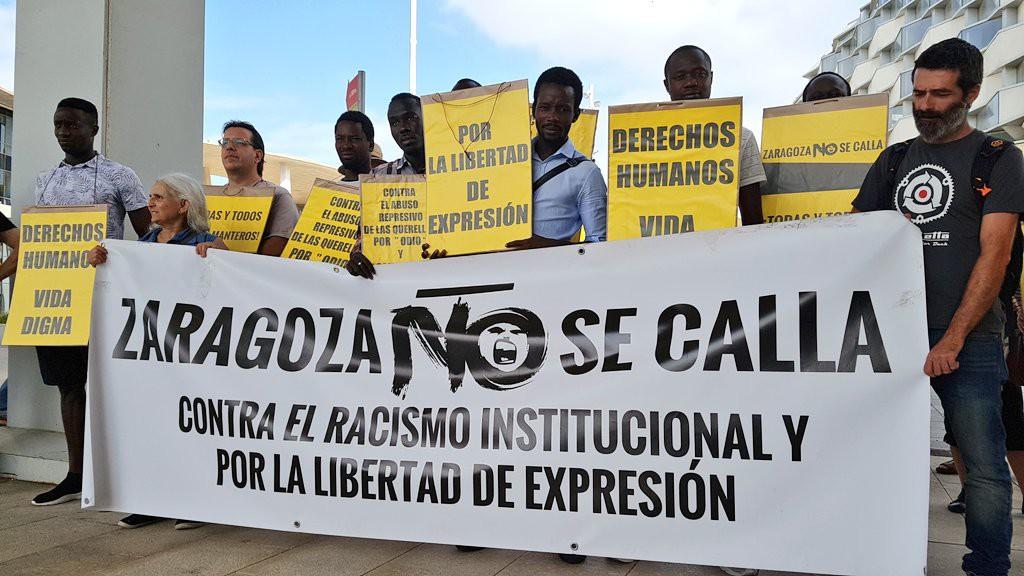 Colectivos sociales de Zaragoza denuncian el racismo institucional y llaman a la solidaridad con los manteros en una concentración a las puertas de la Ciudad de la Justicia