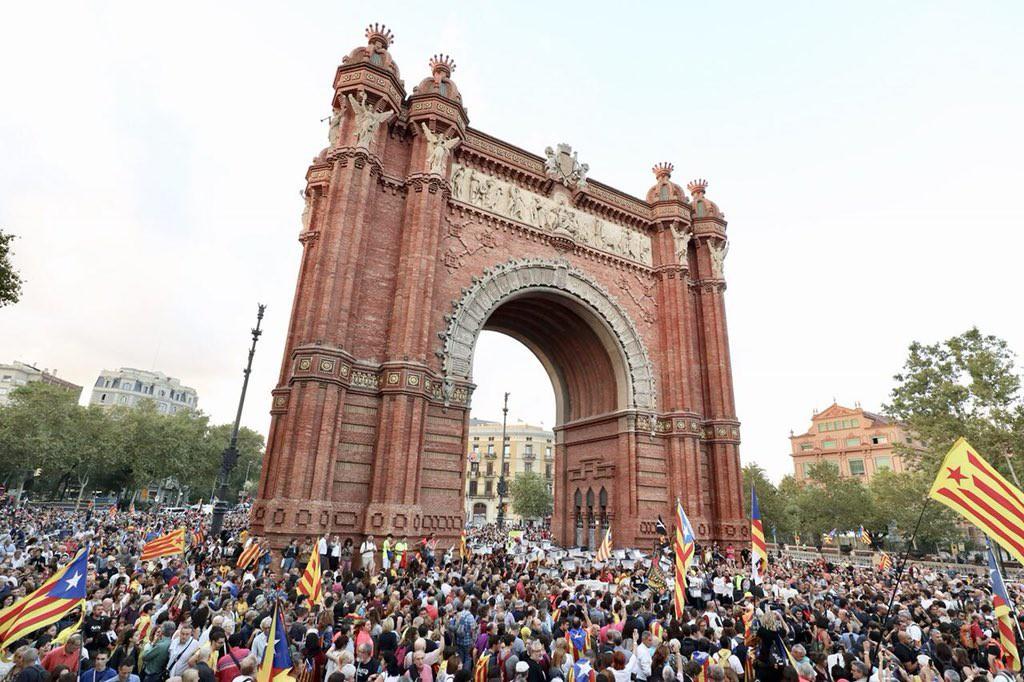 El independentismo celebra masivamente el 1-O exigiendo al Govern que haga efectiva la República catalana