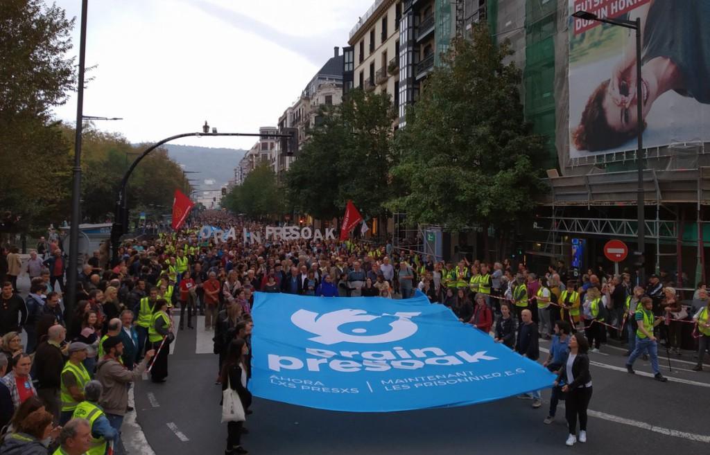 40.000 personas se manifiestan en Donostia para reclamar un cambio en la política penitenciaria y a favor de la convivencia
