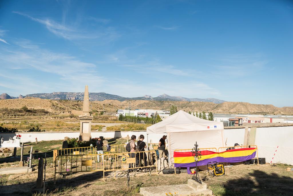 En un primer plano se puede ver la carpa protectora de las inclemencias del tiempo para realizar la exhumación. En un segundo plano está el monumento a Manolín Abad, y al fondo los Pirineos. Foto: Pablo Ibáñez.