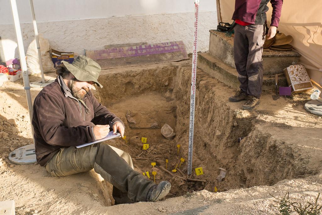 El trabajo de descubrimiento de restos de personas represaliadas por el fascismo es un proceso científico por ello se realizan mediciones de las alturas a las que han aparecido los restos. Foto: Pablo Ibáñez.
