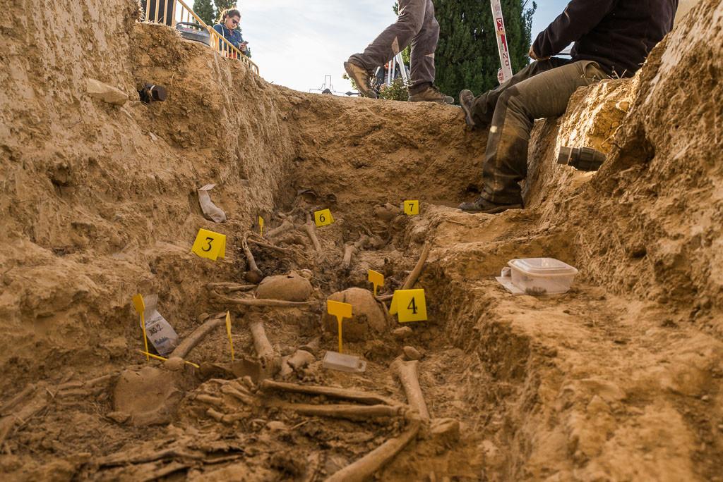 Para realizar la exhumación se ha contado con el trabajo voluntario de hombres y mujeres del CRMAHU, así como con la presencia de familiares y estudiantes de grado de Historia de la Universidad de Zaragoza. Foto: Pablo Ibáñez.
