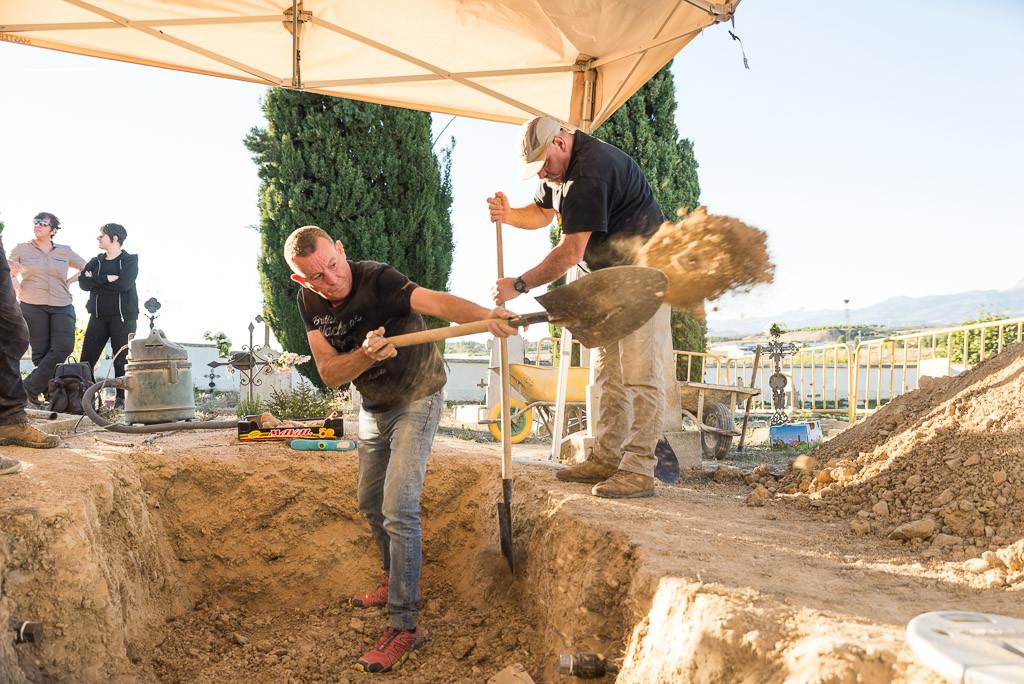 Sebastián trabajando con la pala en la fosa donde está enterrado Constantino. Foto: Pablo Ibáñez.