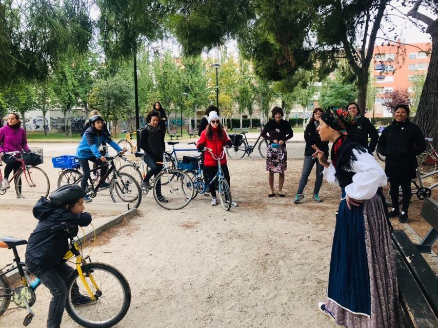 Las rutas culturales en bici 'Zaragoza con nombre de mujer' se estrenan con un notable éxito de público