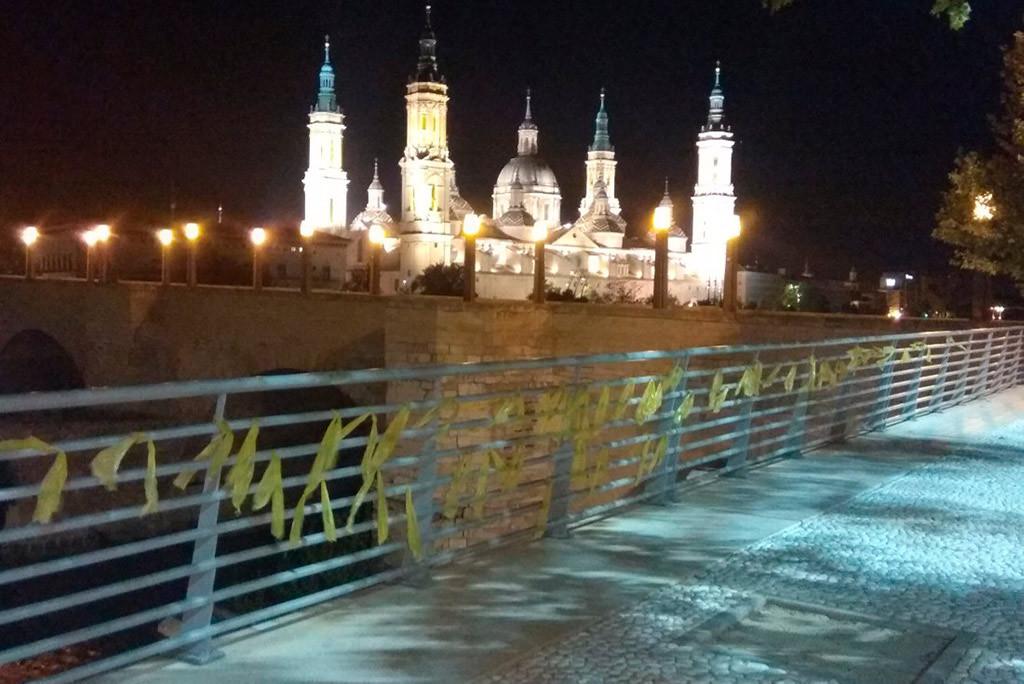 Fraga y Zaragoza amanecen con decenas de lazos amarillos en solidaridad con Catalunya