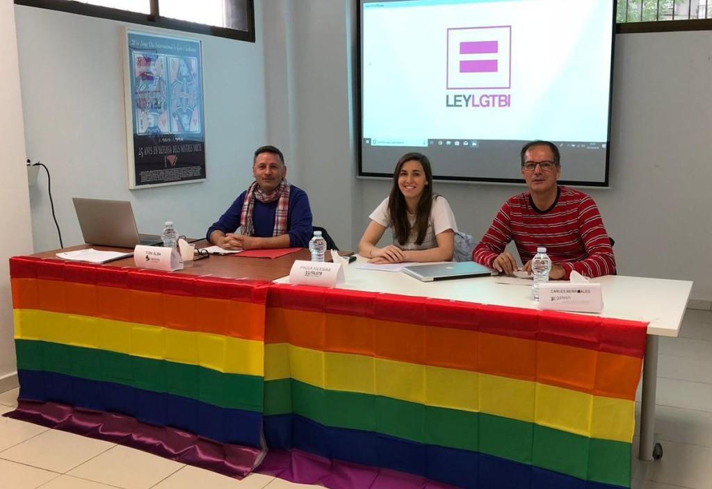 Diferentes entidades protestan de manera conjunta para denunciar el retraso en la aprobación de la Ley de Igualdad LGTBI