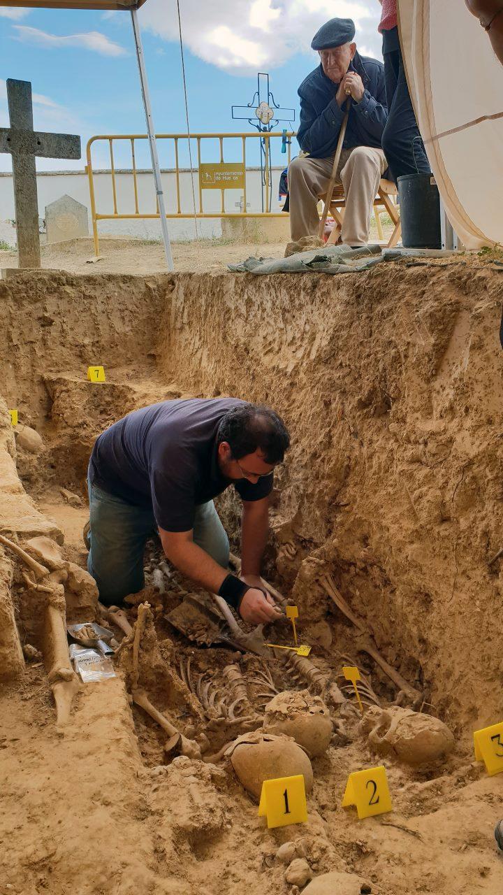 Martín Arnal viendo la exhumación de los restos de su hermano. Foto: Pablo Ibáñez