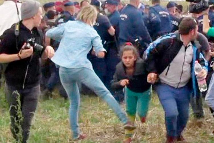 El Tribunal Supremo húngaro absuelve a la periodista que le puso la zancadilla a varias personas refugiadas