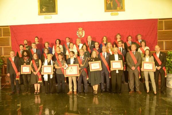 Las y los Hijos Adoptivos y Predilectos y el representante de La Zaragozana, Medalla de Oro de la ciudad, junto a la Corporación Municipal. Foto: Pablo Ibáñez (AraInfo)