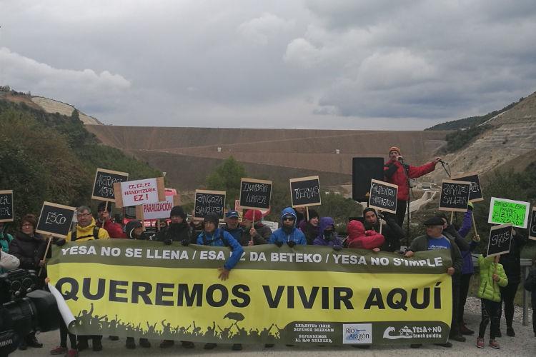 Cientos de personas marchan hasta Yesa pidiendo la paralización de las obras