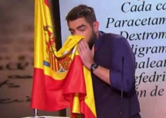 """El juez archiva la causa contra Dani Mateo por sonarse la nariz con una bandera española en un """"sketch"""""""