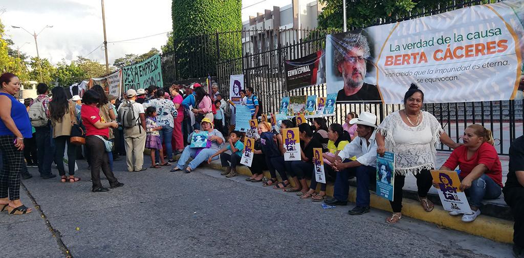 La familia de Berta Cáceres y representantes de COPINH se concentran a la espera del fallo. Foto: @COPINHHONDURAS