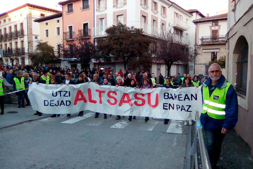 Miles de personas salen a las calles de Altsasu en contra de la visita de Ciudadanos, PP y VOX