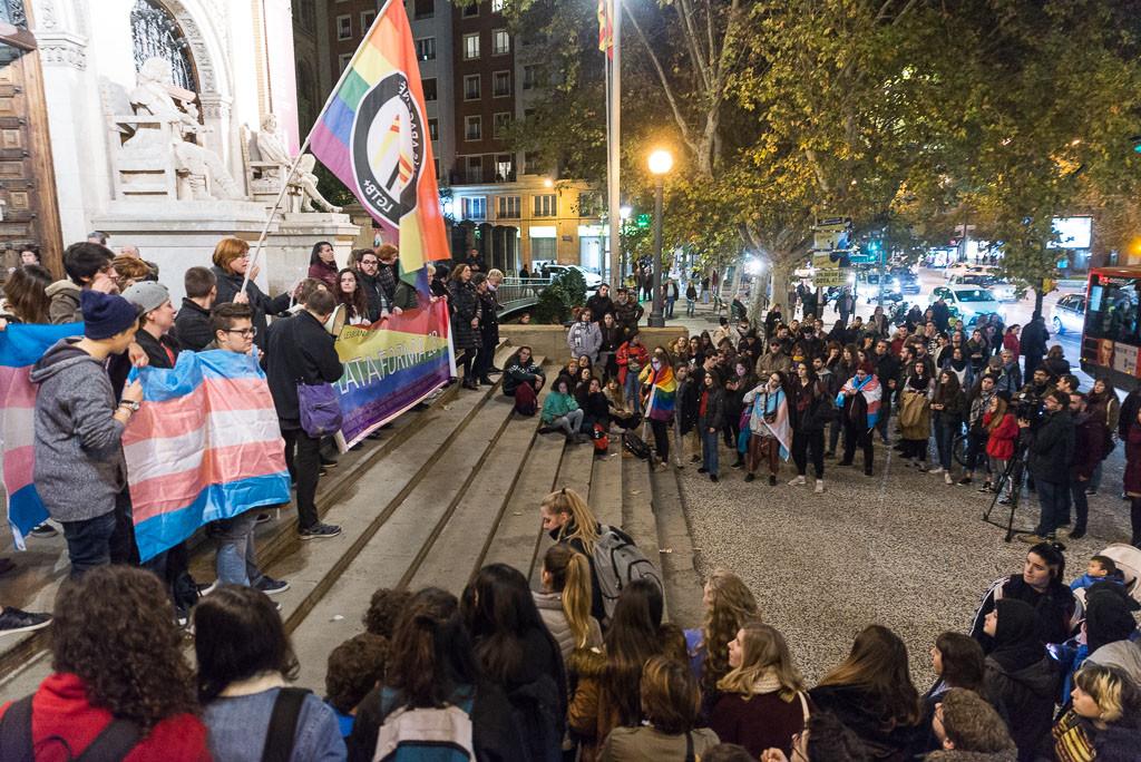 Concentración en el Paraninfo de Zaragoza contra la transfobia. Foto: Pablo Ibáñez (AraInfo)