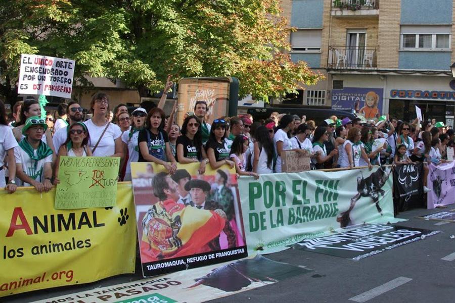 Cambiar Huesca pregunta al alcalde sobre la sanción impuesta a dos personas por colocar un cartel en contra de la tauromaquia