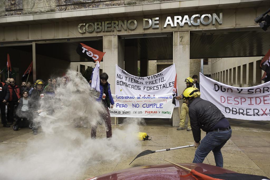 Protesta de bomberos y bomberas forestales frente a la sede del Gobierno de Aragón. Foto: Pablo Ibáñez (AraInfo)