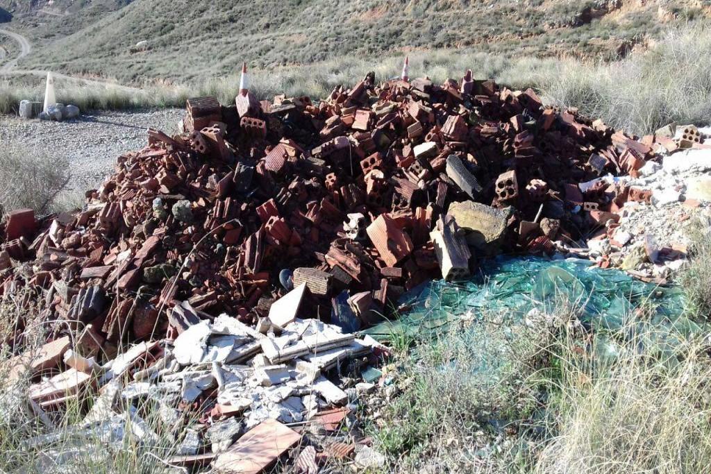 Denuncian la existencia de vertederos ilegales con escombros de material de obra en la Partida de la Concepción de Fraga