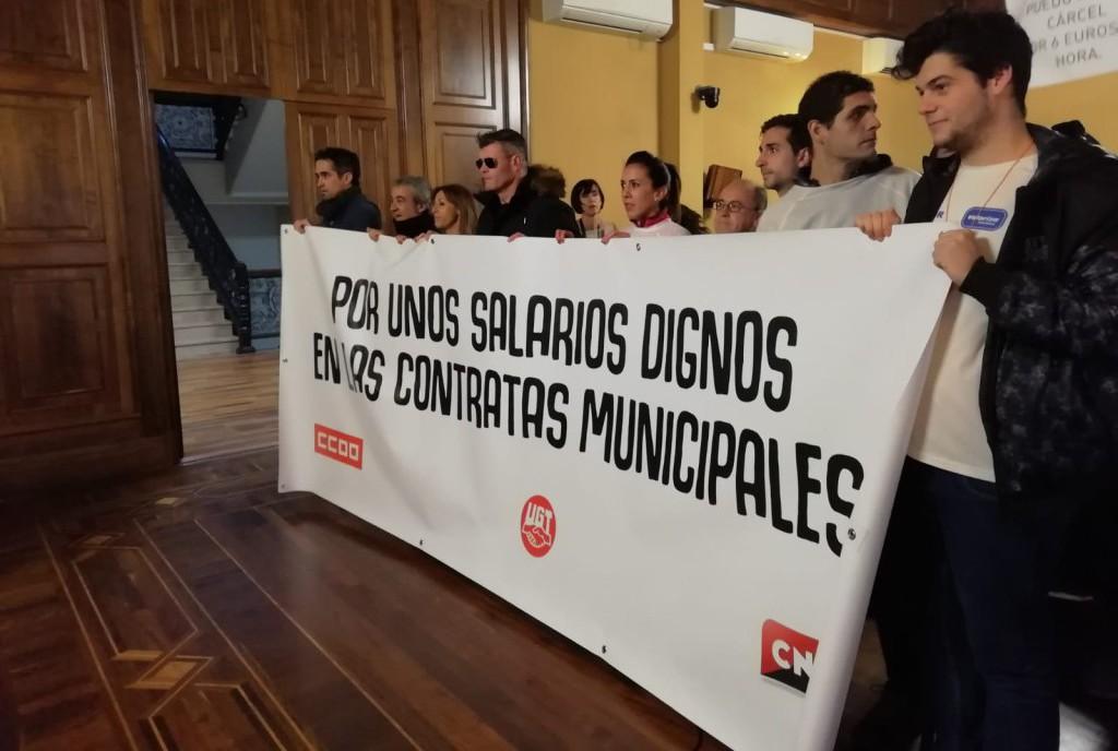 Entregan más de 1000 firmas por unos salarios dignos en las instalaciones deportivas de Teruel