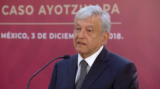 López Obrador firma el decreto para crear la comisión de verdad sobre Ayotzinapa